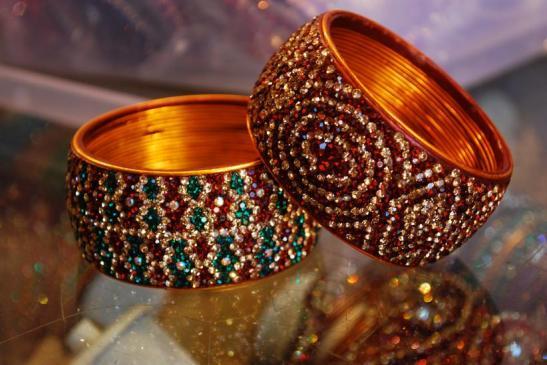 life around charminar in hyderabad, ramzan night bazaar near charminar, bangles in lad bazaar near charminar