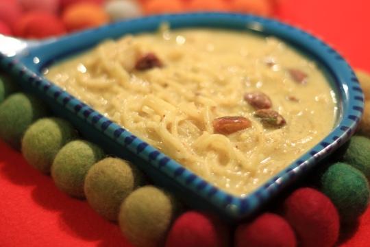 sheer-corma to eat near charminar, life around charminar in hyderabad, ramzan night bazaar near charminar